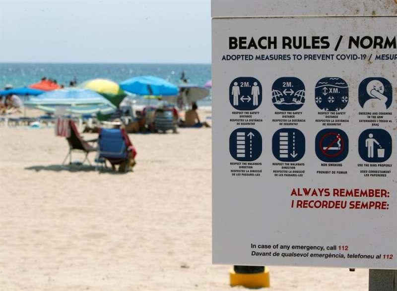 Cartel que muestra la prohibición de fumar en las playas de Finestrat. EFE