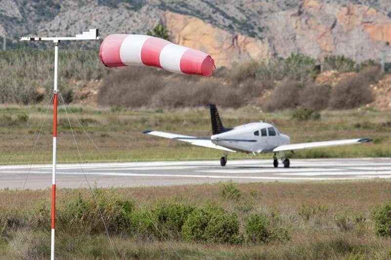 Viento en un aeroclub de Castellón. EFE/Domenech Castelló/Archivo