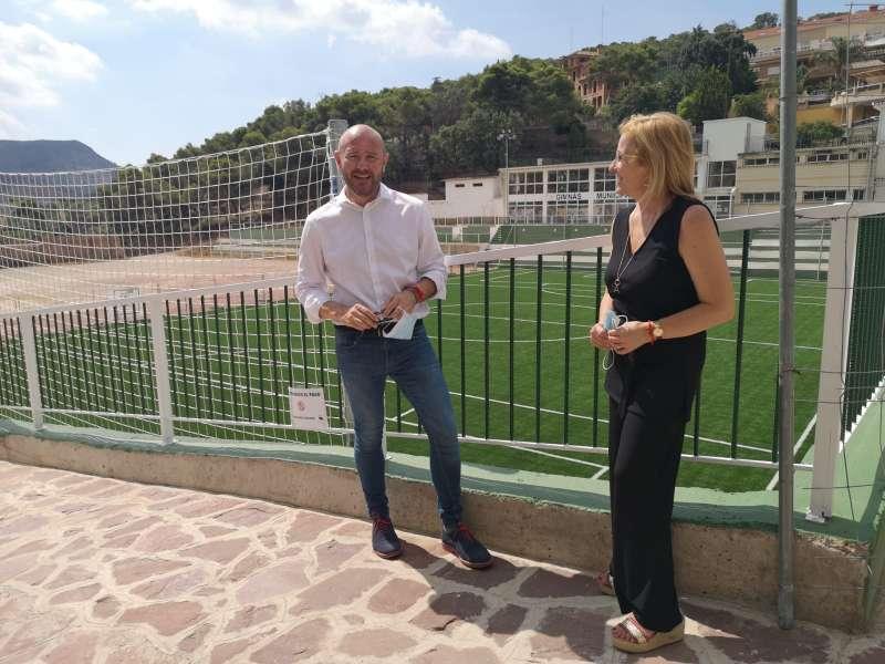 La alcaldessa de Serra i el president de la Diputació en la visita pel municipi. / EPDA