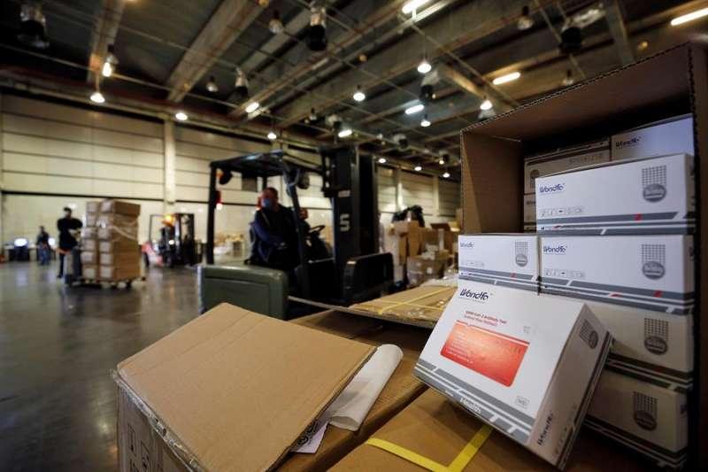 La Generalitat ha comenzado el reparto de la carga con material sanitario. EFE/Manuel Bruque