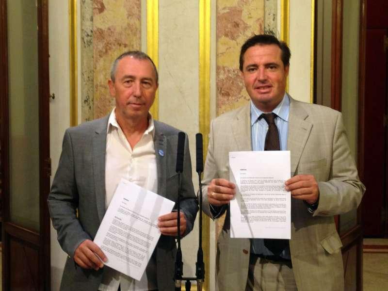 Campos y Baldoví han posado juntos ante los medios con las enmiedas
