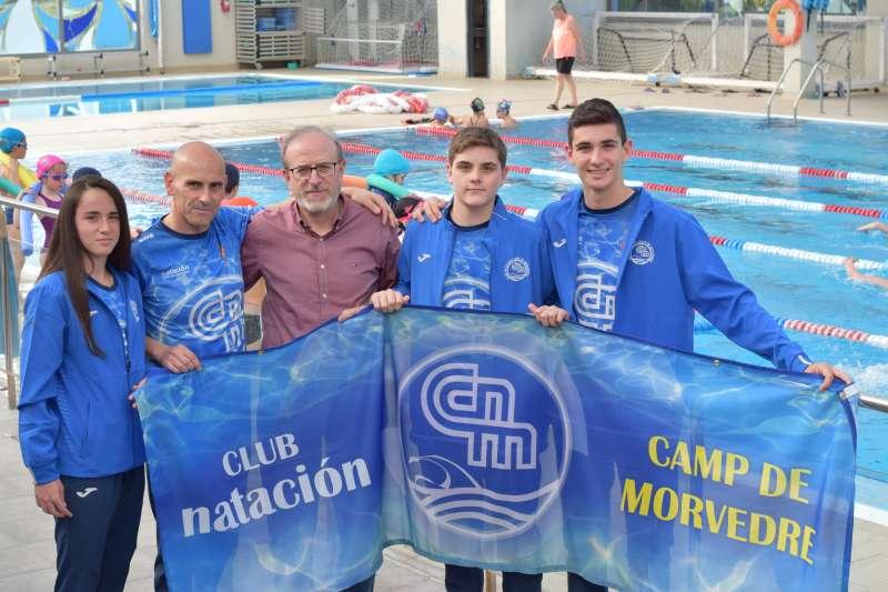 El concejal de Deportes con los miembros del Natación Morvedre. EPDA