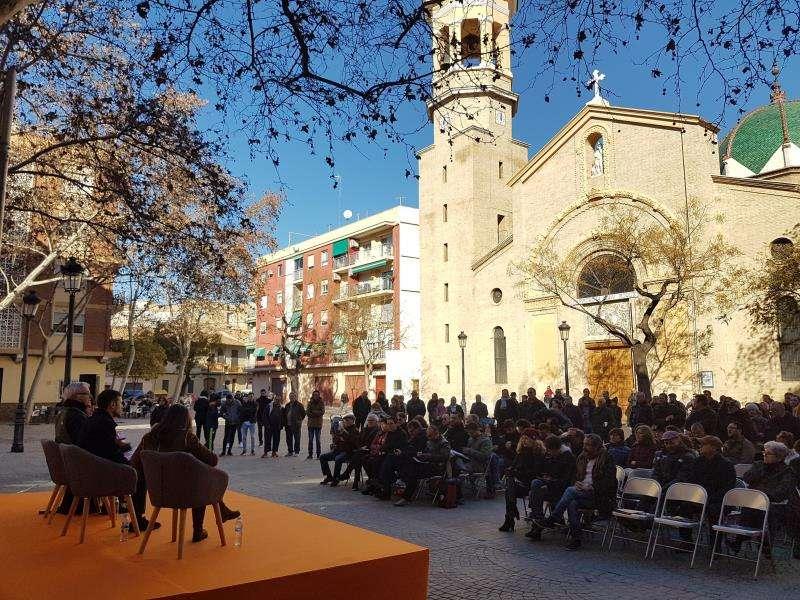El alcalde de València, Joan Ribó, y los concejales Sergi Campillo e Isabel Lozano en un acto de Compromís con vecinos. EFE/Ayuntamiento València