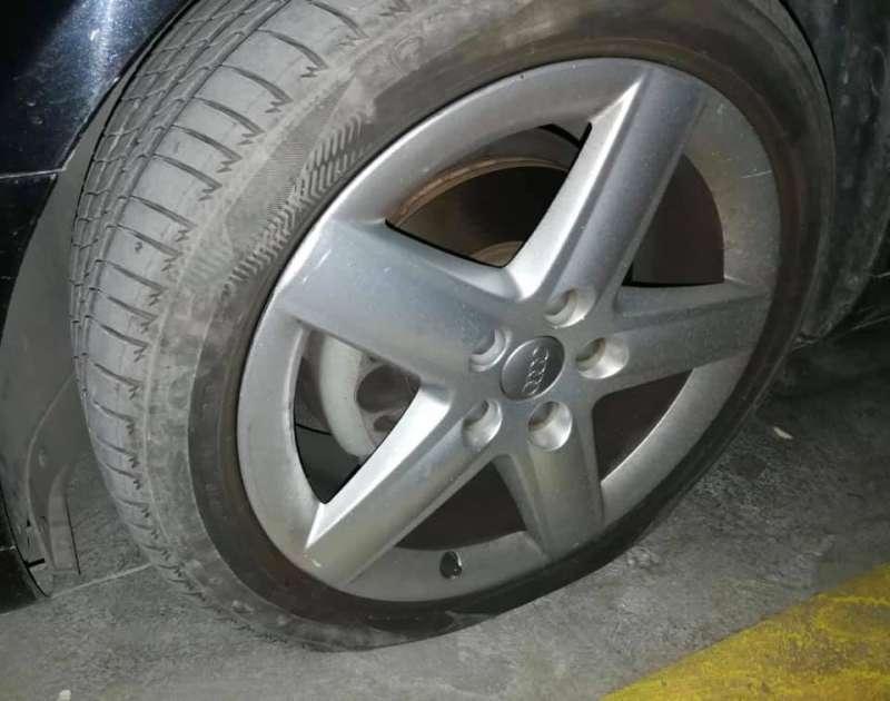 Uno de los neumáticos del automovil de la responsable municipal. / epda