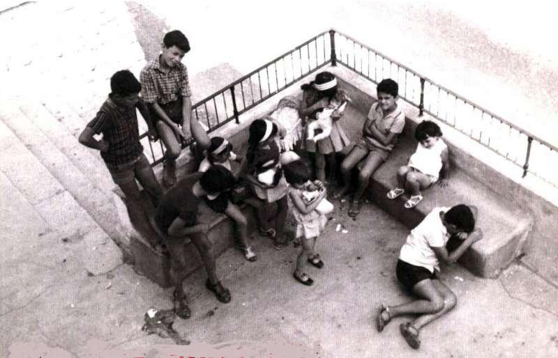 Foto de la época con niños jugando en la calle