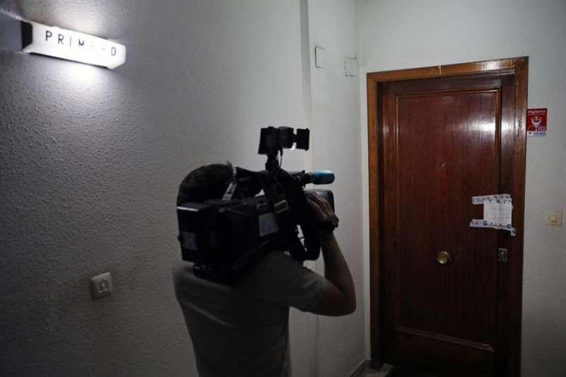Un cámara de televisión graba la puerta de la vivienda.EFE/ Ana Escobar