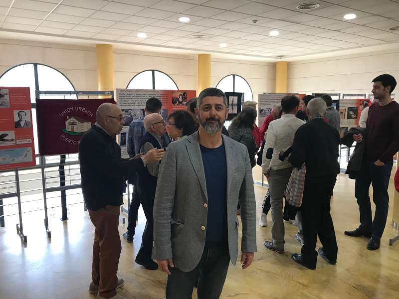 El portavoz y candidato de IP en la inauguración de la exposición . EPDA