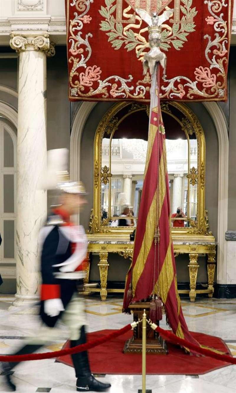 Real Senyera expuesta al público en el Salón de Cristal del Ayuntamiento de València. EFE