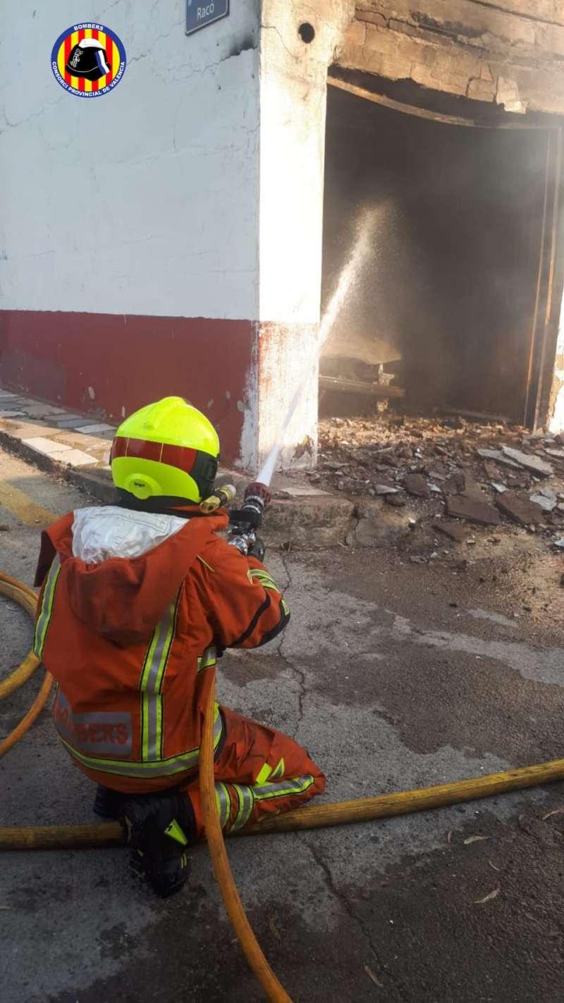 Agente de los bomberos extinguiendo el incendio de ayer en el Clot del Moro, Sagunt. / EPDA