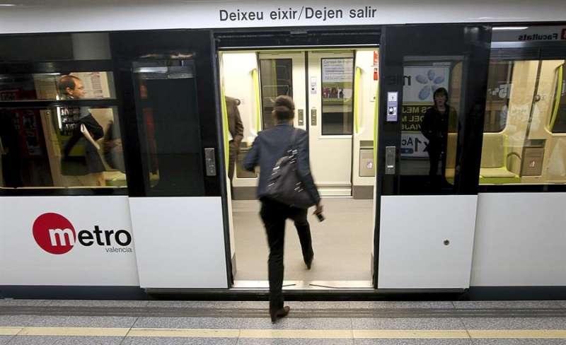 Viajeros de Metrovalencia en una jornada habitual. EFE/Archivo