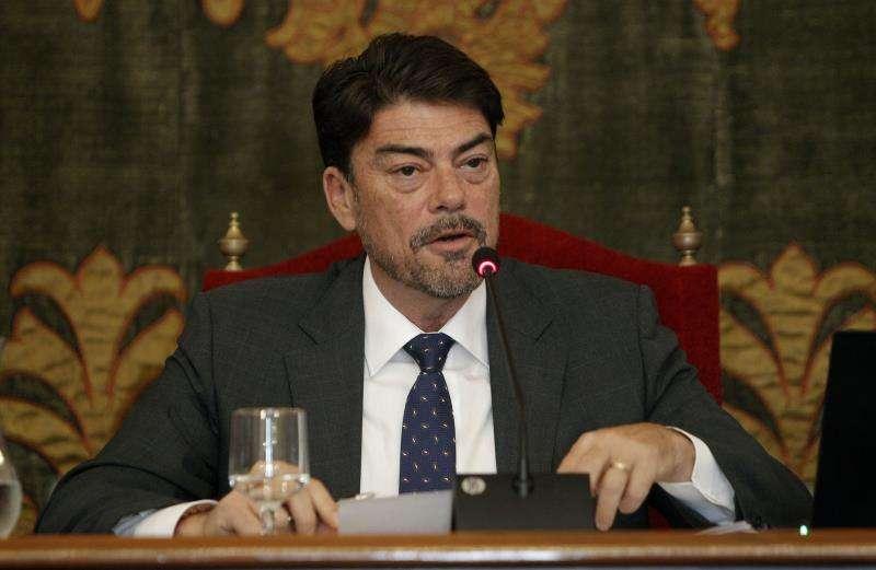 El alcalde de Alicante, Luis Barcala, durante una intervención en el pleno del Ayuntamiento. EFE/Morell/Archivo