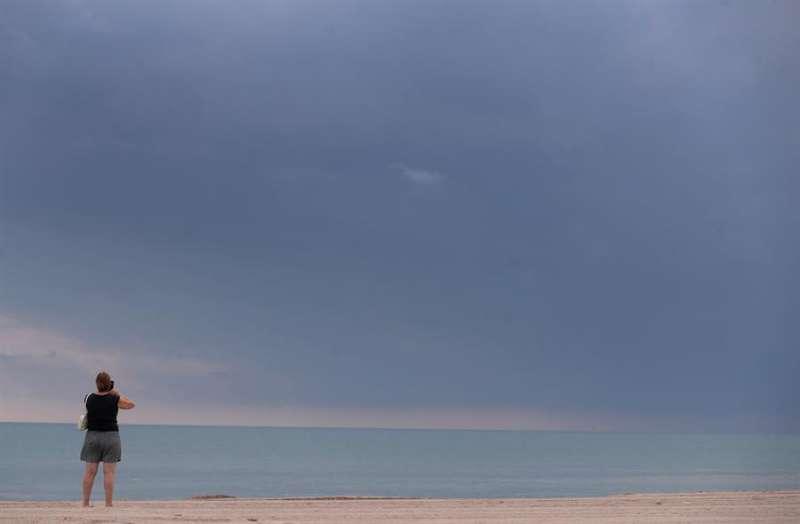Playa de Pinedo con cielo encapotado. EFE/Kai Försterling