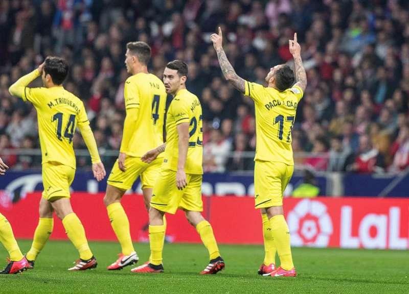El delantero del Villarreal CF Francisco Alcácer (dcha) celebra un gol. EFE