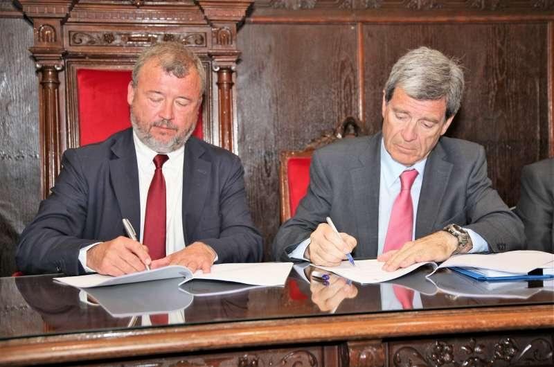 El alcalde de Sagunt y el presidente de la APV en la firma del convenio. EPDA
