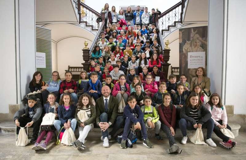 Alumnos del colegio San Vicente Ferrer de Faura posan con Toni Gaspar