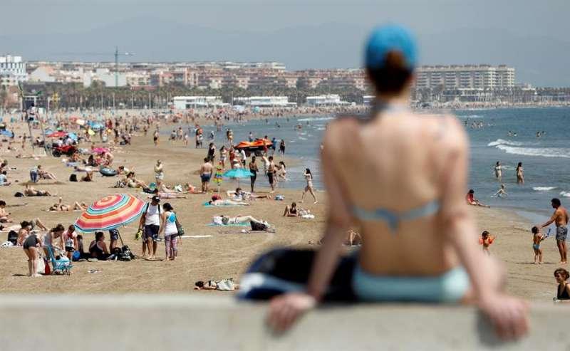 Vista general de la playa de la Malvarrosa de València este miércoles. EFE/Kai Försterling