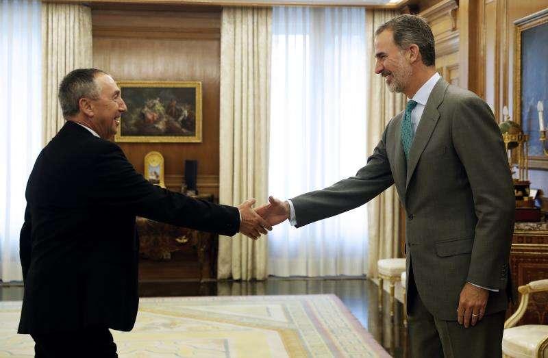El rey Felipe VI saluda al diputado de Compromís Joan Baldoví, esta mañana en el Palacio de la Zarzuela. EFE