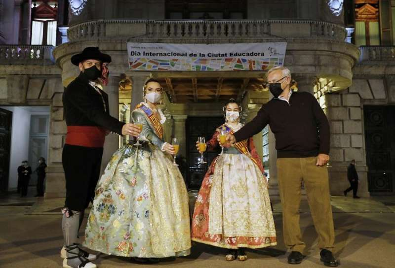 Las falleras mayores de València, Consuelo Llobell y Carla García (2ª d), brindan junto al alcalde, Joan Ribó (d)