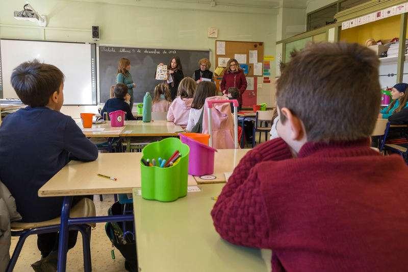 Alumnos de un centrop de Mislata reciben explicaciones del concurso de cartas a los Reyes Magos en valenciano. EPDA