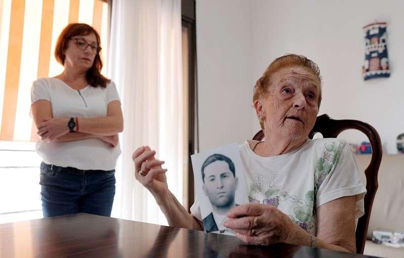 Antonia Fernández, hermana de Ángel Fernández, que murió al finalizar la Guerra Civil y desde 1963 está enterrado en la Basílica de la Santa Cruz del Valle de los Caídos, muestra una foto de su hermano para el que ha reclamado su exhumación para trasladar los restos a un panteón familiar. En la imagen junto a Montserrat Martínez, sobrina de Ángel Fernández. EFE/Kai Försterling