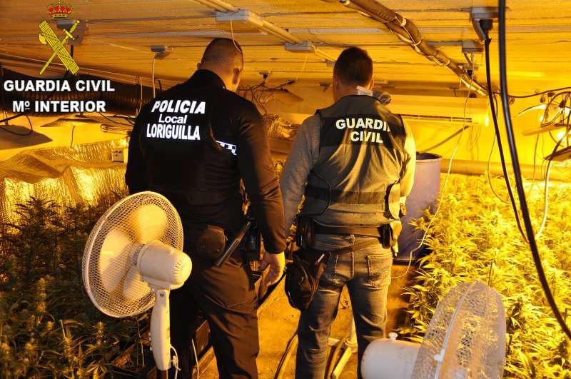 Agente de la Policia Local de Loriguilla y Agente de la Guardia Civil en el invernadero.- EPDA