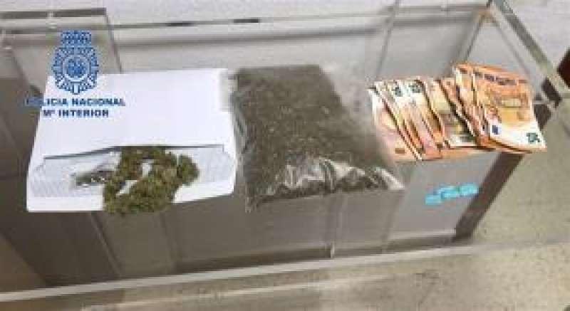La droga y el dinero incautado durante la operación. EFE