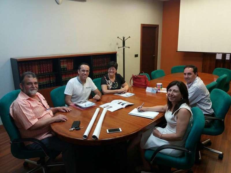 Immaculada Cerdà reunida amb els representants municipals de Sollana.