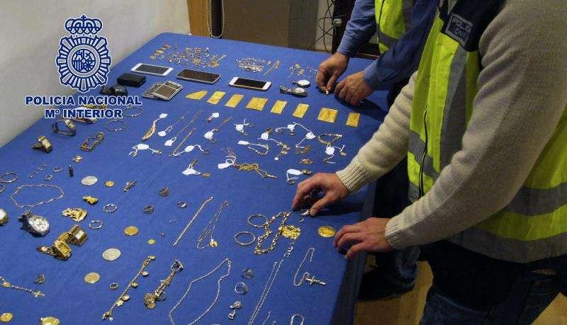 Artículos de oro incautados por la Policía Nacional en una imagen de archivo. EFE