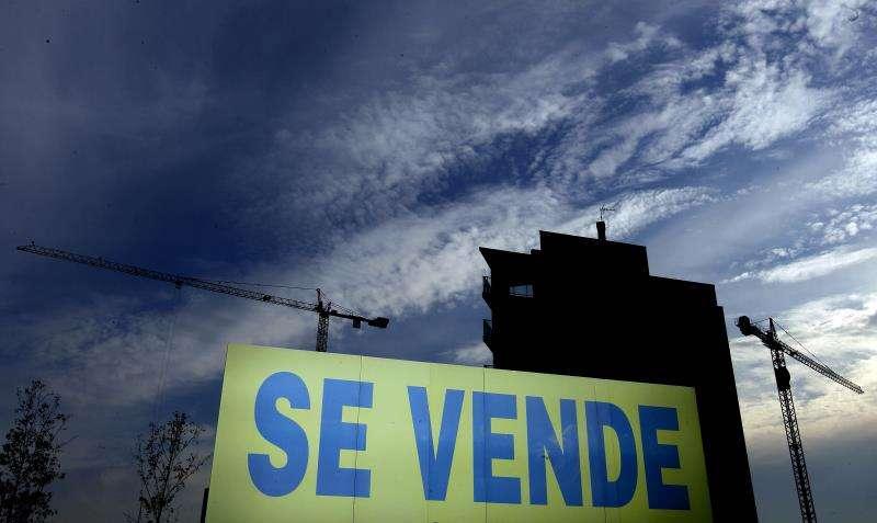 Una cartel anuncia la venta de viviendas. EFE/Archivo