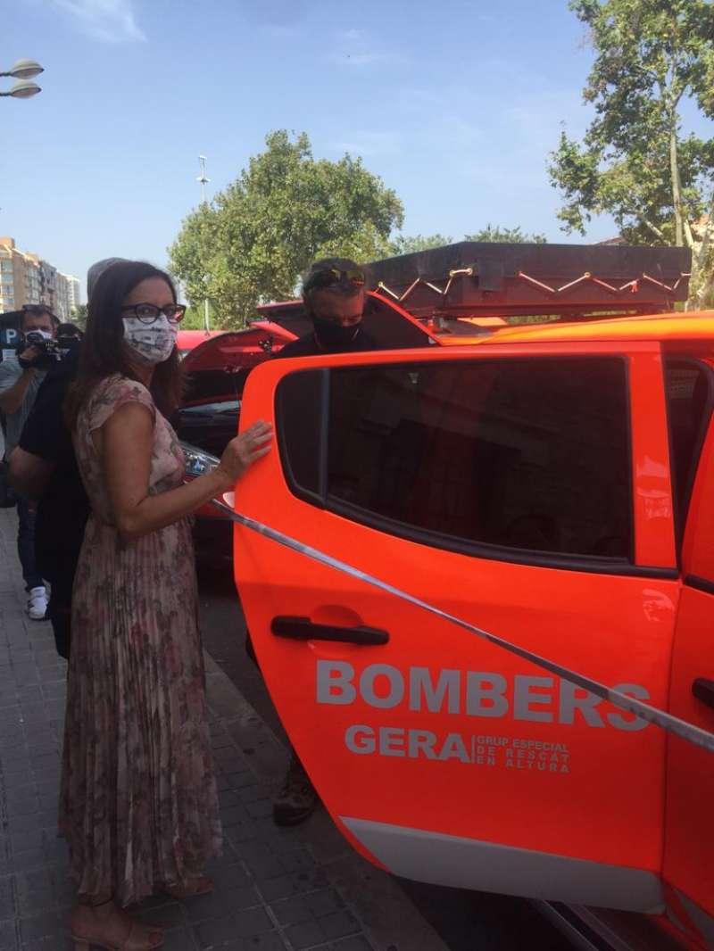 María José Amigó, Presidenta del Consorci de Bombers en la presentación de los coches eléctricos./ EPDA