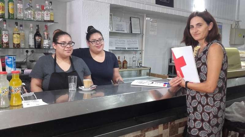 Una voluntaria de Cruz Roja con dos mujeres que han participado en el proyecto de autoempleo. EPDA
