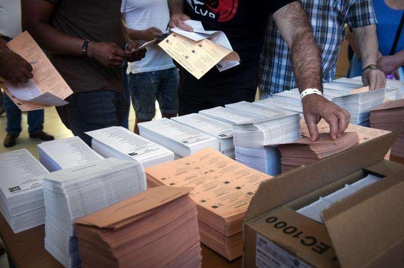 Papeletas en un colegio electoral. EFE/Archivo