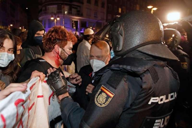 Momentos de tensión entre la Policía antidisturbios y los manifestantes durante la concentración convocada en Valencia en protesta por la detención e ingreso en prisión del rapero Pablo Hasel. EFE/ Biel Aliño
