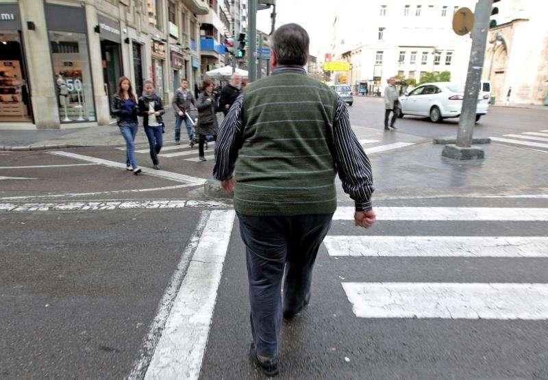 Un hombre con sobrepeso cruza una calle del centro de Valencia. EFE/Archivo
