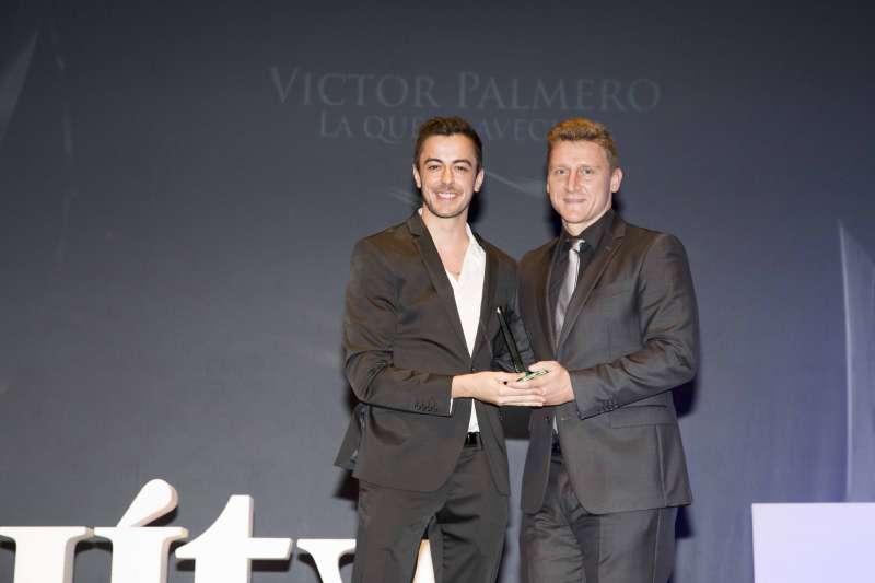 Eduardo Cozera entrega el galardón al Mejor Actor Secundario a Víctor Palmero.