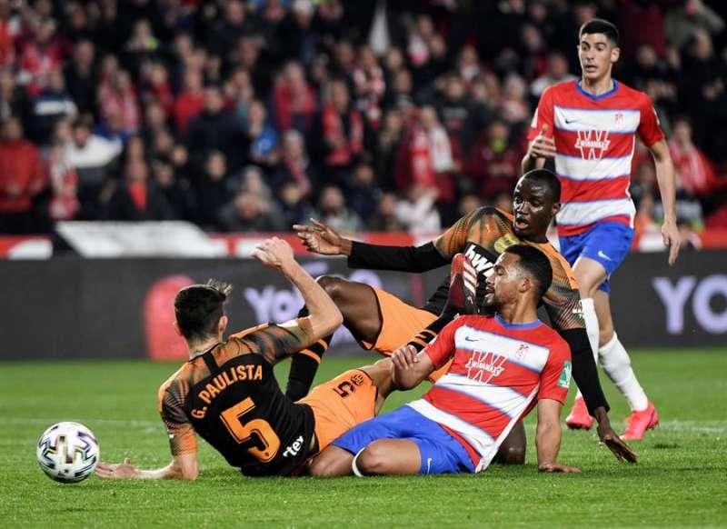 El centrocampista del Granada Yangel Herrera (2-i) pelea un balón con Paulista (i), del Valencia. EFE/Pepe Torres