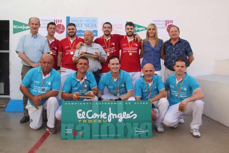 Els campions amb els seus trofeus. EPDA