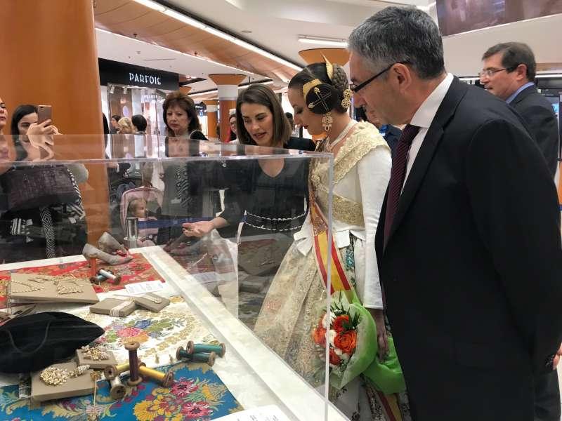 Visita de la Fallera Mayor a la exposición de El Corte Ingles. EPDA