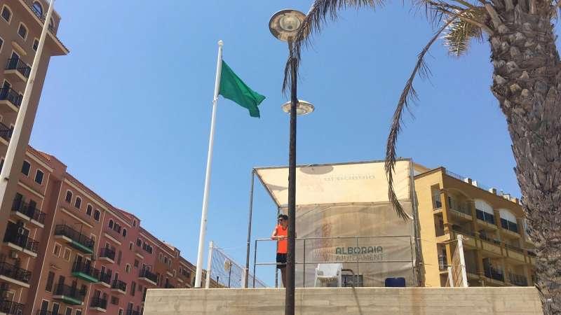 La bandera verde luce en Port Saplaya