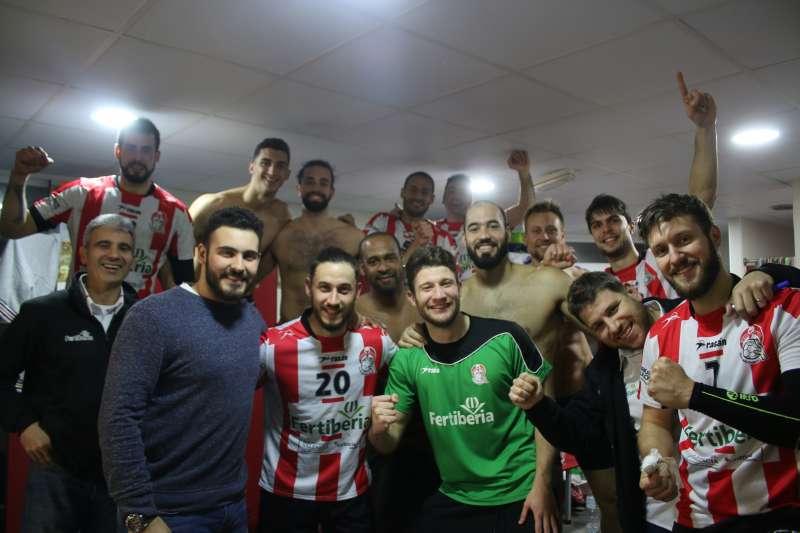 Los jugadores del Fertiberia celebrando la victoria. PEPA CONESA