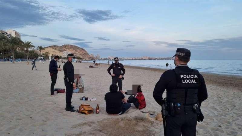 Agentes de la Policía Local de Alicante durante una actuación, en una fotografía facilitada por el Ayuntamiento.