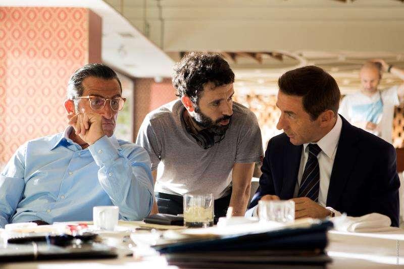 El director Sorogoyen hace indicaciones a los actores, en una imagen de la productora.