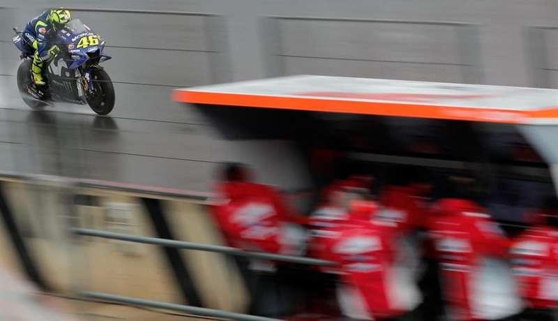 Valentino Rossi a su paso por boxes en el circuito Ricardo Tormo de Cheste (Valencia). EFE/ Archivo
