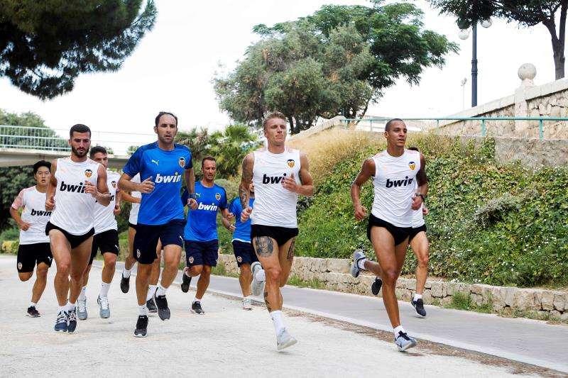 Los jugadores del Valencia CF durante un entrenamiento. EFE/Archivo