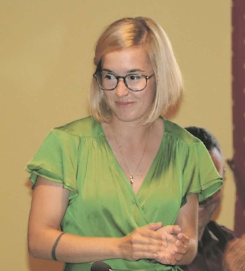 L?alcaldessa de Vinalesa, Alba Cataluña, durant el ple d?investidura. / epda