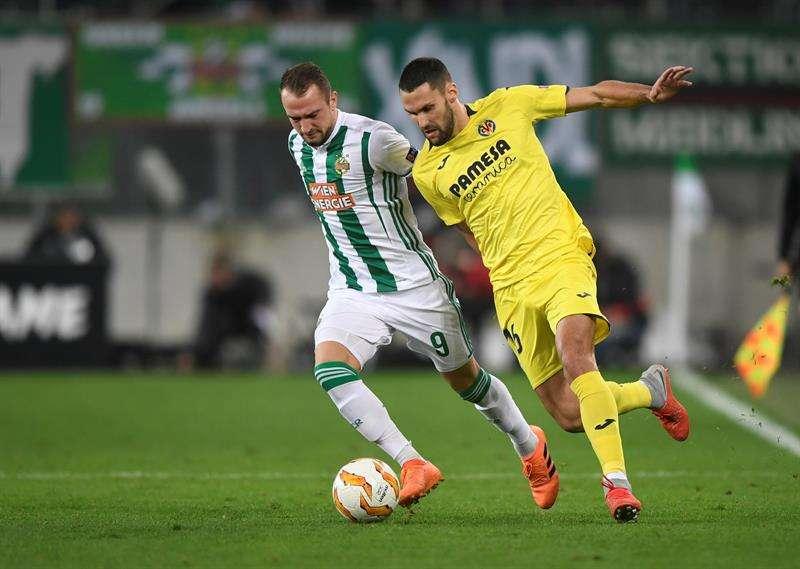 Alfonso Pedraza (d), centrocampista español del Villareal, disputa un balón con el delantero noruego Veton Berisha, del SK Rapid Vienna, durante el partido entre ambos equipos correspondiente al grupo G de la Liga Europa de la UEFA, en Viena, Austria, hoy. EFE