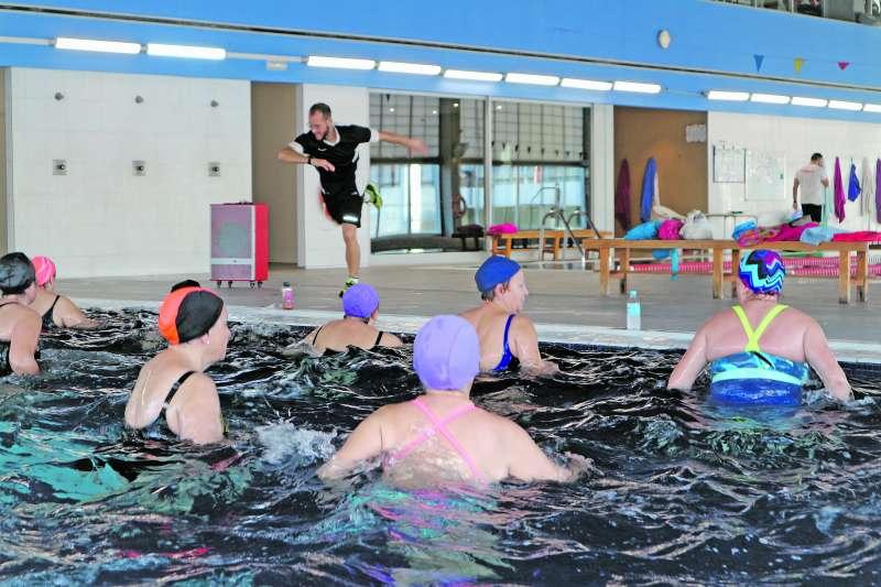 Los cursos de natación ayudan a mantener en forma todo el cuerpo con ejercicios variados. / epda