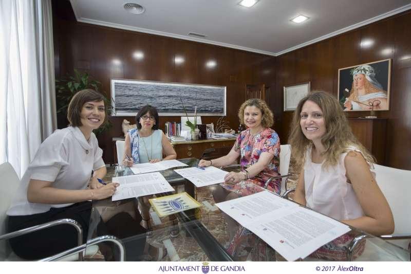 La alcaldesa en el momento de la firma.  FOTO AYTO GANDIA