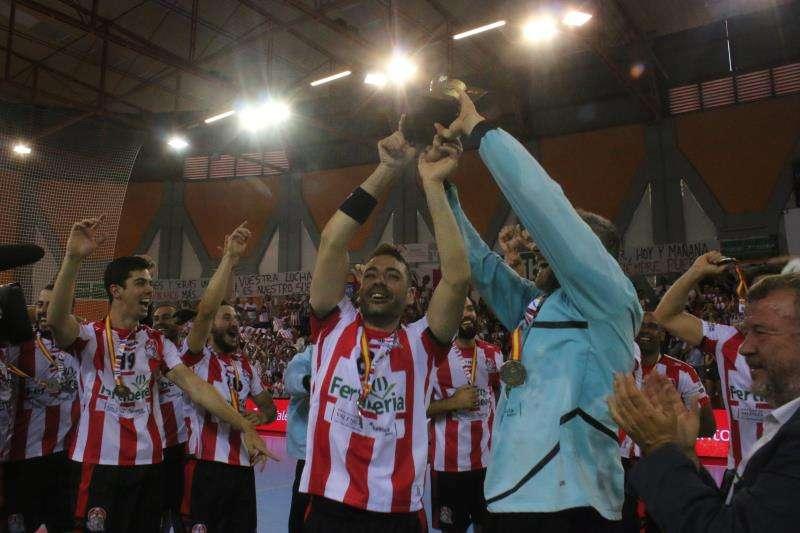 Los jugadores del Fertiberia Puerto sagunto festejan en la pista el ascenso a Liga Asobal, en una imagen remitida por el club saguntino. EFE