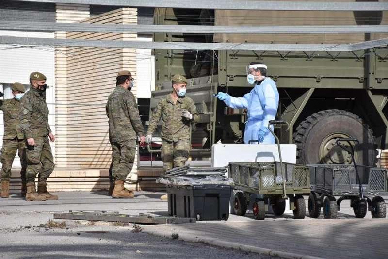 Los militares a su llegada a la residencia. EFE/Marga García.